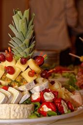 cheese-k%C3%A4seplatte-pineapple-food-838516.jpg
