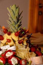 cheese-k%C3%A4seplatte-pineapple-food-838515.jpg