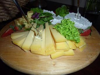cheese-k%C3%A4seplatte-food-eat-hearty-843093.jpg
